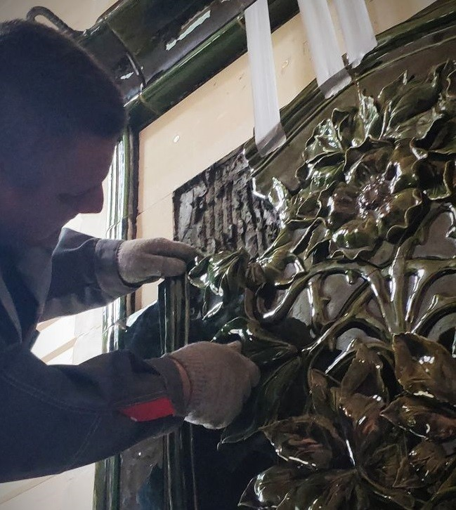 Монтаж лепного панно камина
