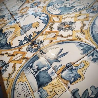 Керамическое панно ручной работы для кухонного фартука по мотивам сюжетных русских изразцов Владимира и Суздаля
