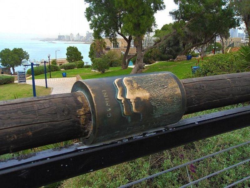 Символ Близнецов на поручнях моста Желаний