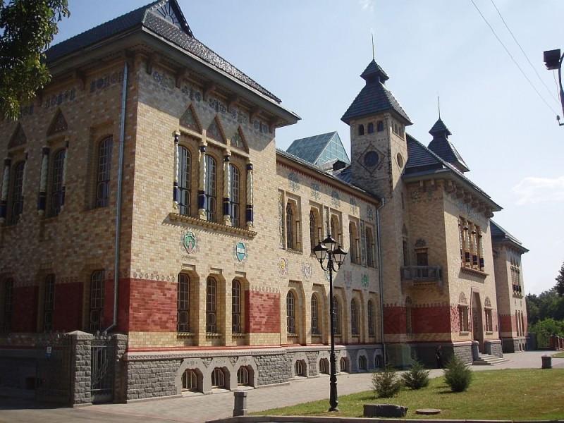 Здание городского земства Полтавы с майоликой Ваулина на фасаде