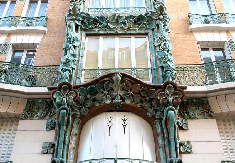 Керамика Александра Биго на доме 14 по Рю Де Аббевилль архитектора Эдуарда Отана