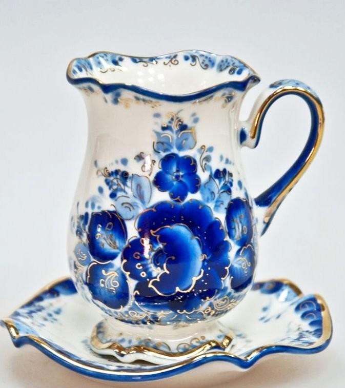 Гжельский молочник с характерными сине-белыми орнаментами