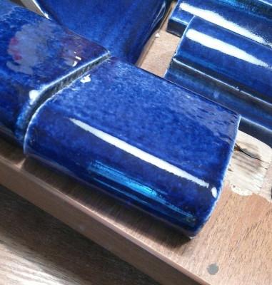 Изразцовая печь - шведка, облицованная изразцовыми плитками сапфирового цвета