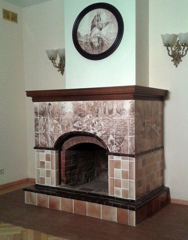 Камин, в котором сочетаются изразцы ручной работы с живописью и готовая плитка, покрытая глазурями нужного по проекту цвета
