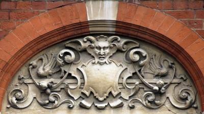 Рельефные ренессансные гротески на фасаде дома 132 по Чаринг-Кросс, Лондон. 1889 год.