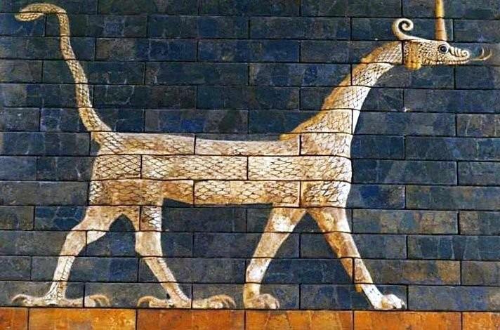 Сирруш с ворот Иштар, глазурованный лицевой кирпич. Вавилон, 580 г. до н.э. Керамика