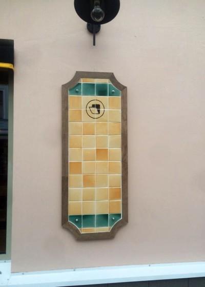 Панно из фасадного керамогранита, покрытые майоликовой глазурью на фасаде кафе Поль Бейкери на Пятницкой улице дом 25