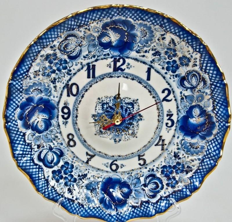Часы с гжельской росписью в технике полукистевого мазка