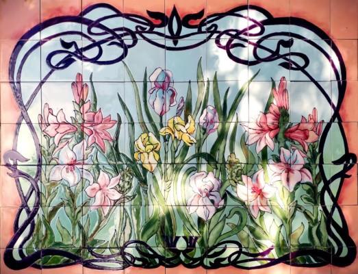 фасадное панно с ирисами и лилиями