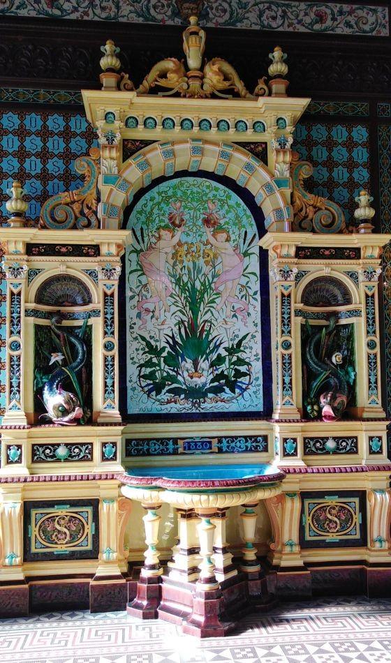 Огромный керамический фонтан с горельефами. Музей керамики Саргемина