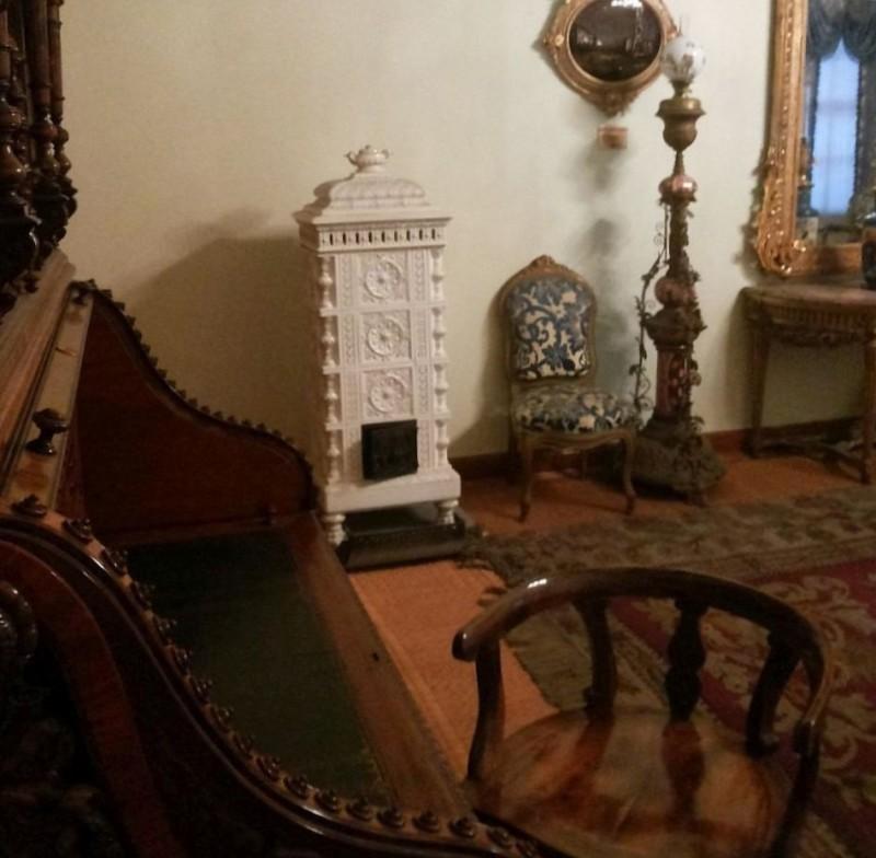 Небольшая будуарная изразцовая печь во дворце Долмабахче