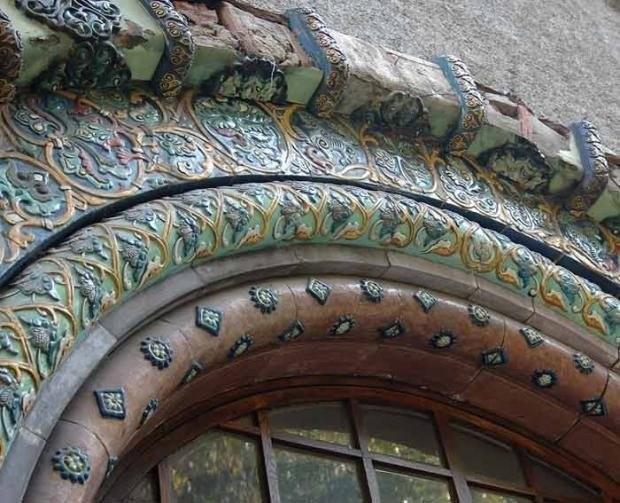 Элемент портала Русского павильона на международной выставке в Дрездене, портал перевезён в С.-Петербург и украшает вход библиотеки ИЭМ