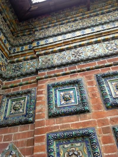 Рельефные ярославкие изразцы на храме Николы Мокрого в Ярославле XVII век
