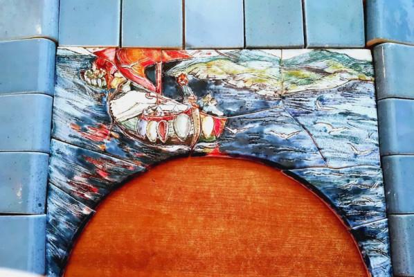 Портал для банной печи с панно по мотивам картины Николая Рериха и майоликовыми плитками