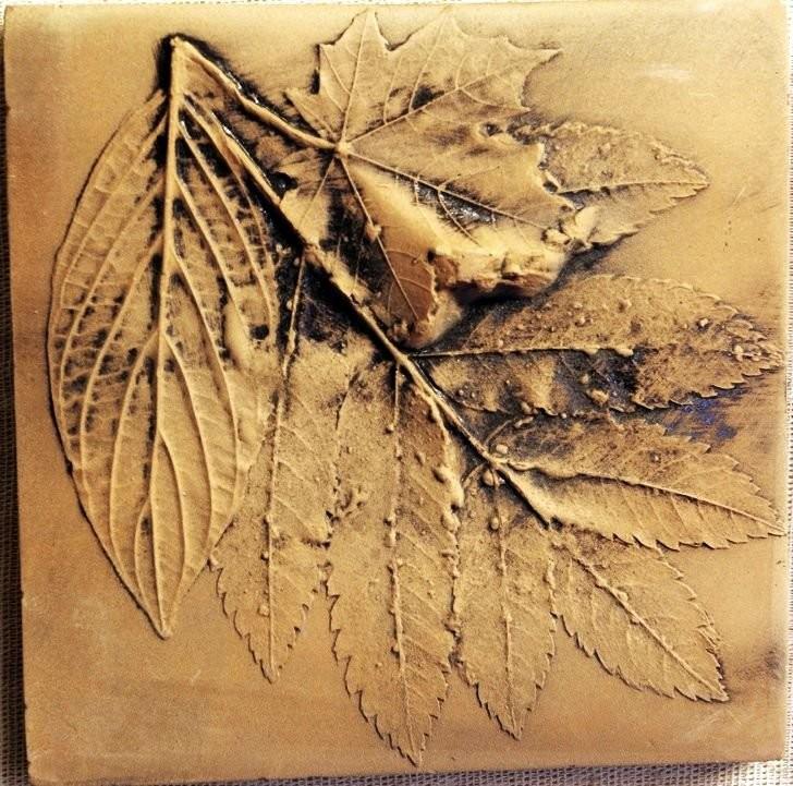 Терракотовый изразец с оттиском листьев художницы Чернышевой Ольги