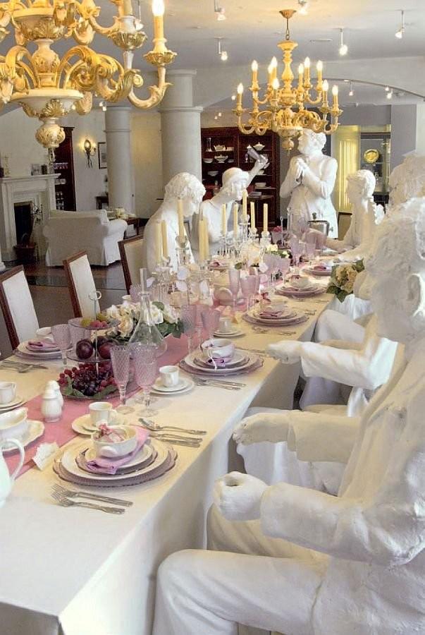 Семья Villeroy & Boch, празднующая помолвку одной из дочерей. Керамическая скульптурная композиция в музее Villeroy & Boch в Метлахе