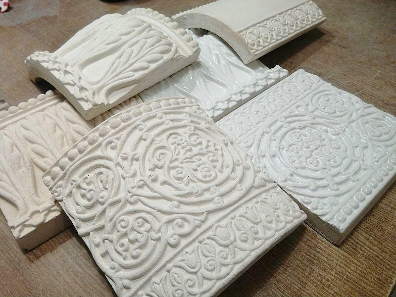 Рельефные изразцы из кимрского шамота после обжига