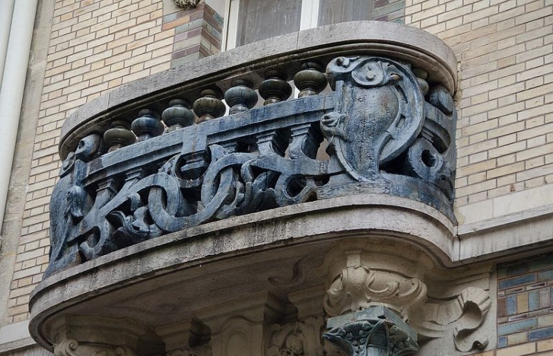 Керамические декоры на балконах дома Лавиротта на площади Рапп, 3