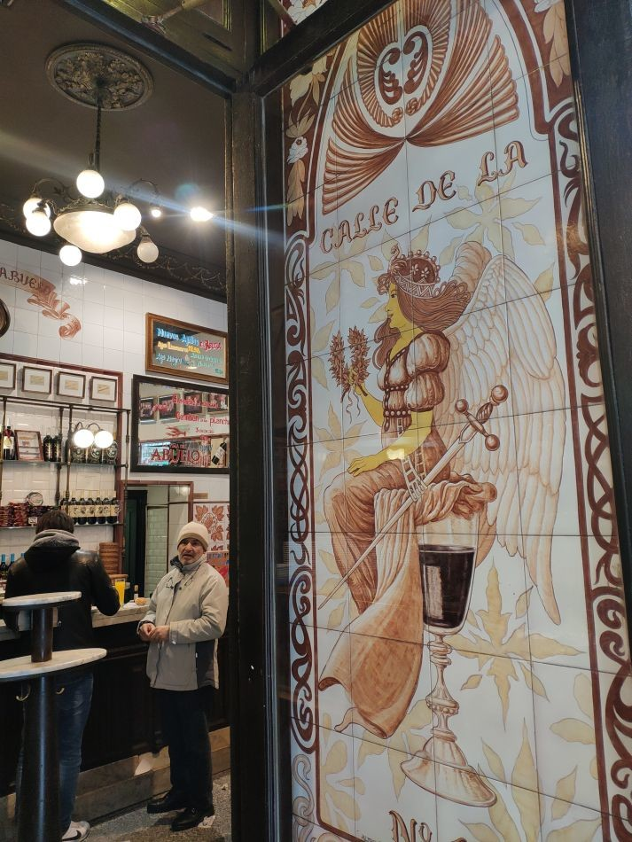 Керамические панно в магазинах Мадрида