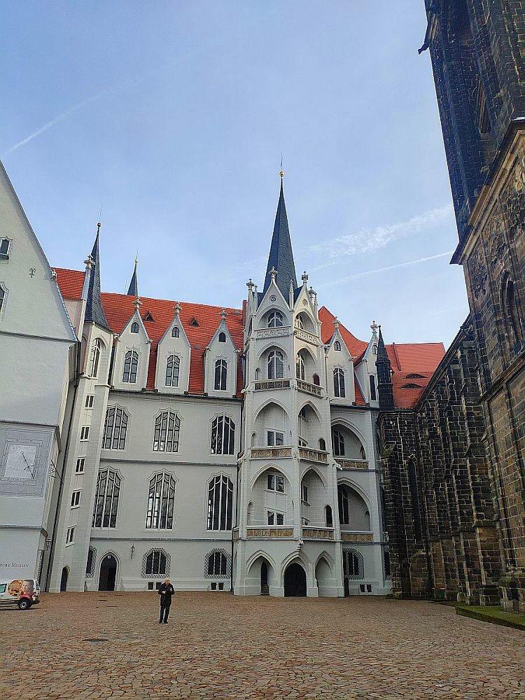 Готическая архитектура Альбрехтсбурга с огромными арочными окнами