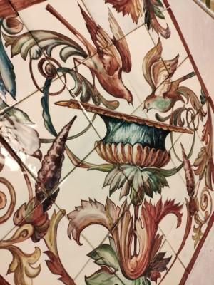 Керамическое панно в стиле Эпохи Возрождения с птицами, пьющими из вазона в окружении акантовых листьев и тонких завитков.