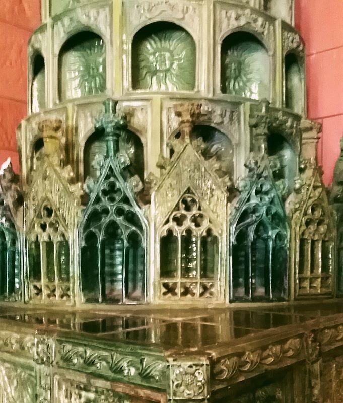 Аркады и резные окна с розетками на готической печи из императорского зала