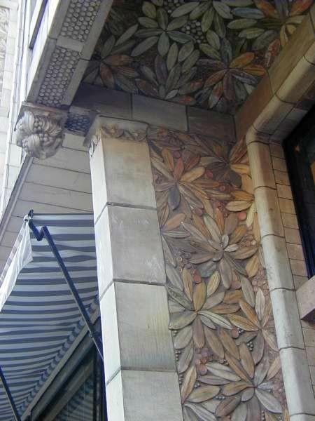 Керамический декор Александра Биго на окнах дома Огюста Перре по Авеню Бенджамина Франклина