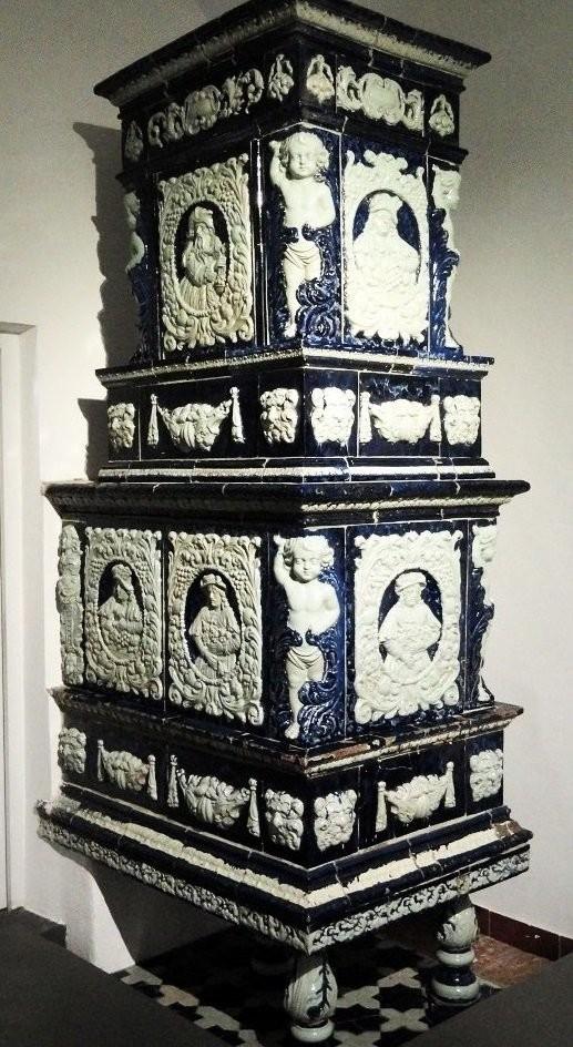 Старинная изразцовая печь в Тирольском музее в Инсбруке. Австрия.