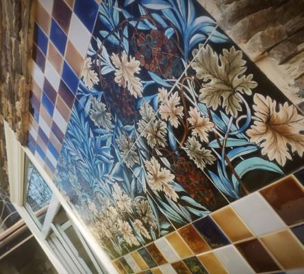 Фасадное панно по мотивам Морриса. Фасадная керамика ручной работы.